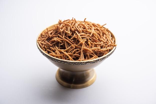 Singada ou singhara ail sev, namkeen shev a vrat nourriture à base de châtaigne d'eau servie dans un bol