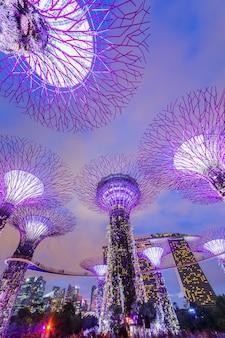 Singapour - 15 mars : gardens by the bay au crépuscule le 15 mars 2015 à singapour. gardens by the bay a été sacré bâtiment mondial de l'année