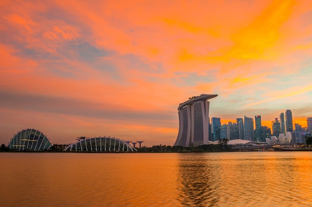 Singapour. hôtel de plage de sable, dôme de fleurs et gratte-ciel. ciel coucher de soleil coloré