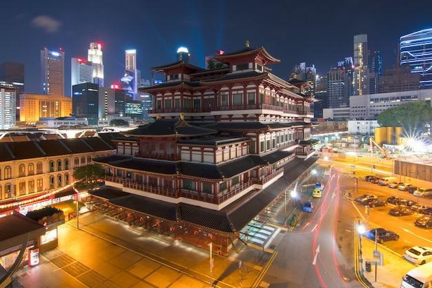 Singapour le temple de la relique de la dent de bouddha s'anime la nuit