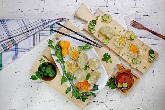 Siomay indonésien avec sauce aux arachides vue de dessus