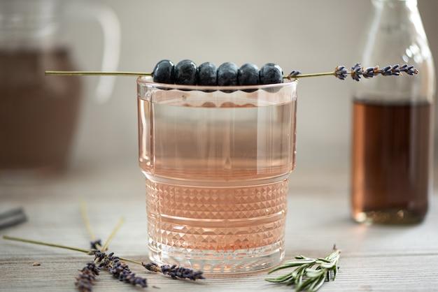 Sirop de lavande à l'eau minérale en verre