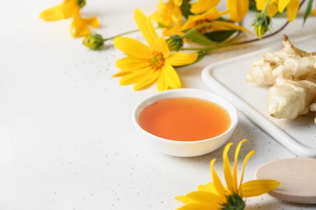 Sirop de topinambour en bol fleurs et racine