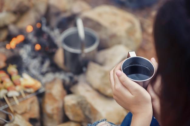 Siroter le café dans un verre, grill et barbecue. atmosphère romantique.