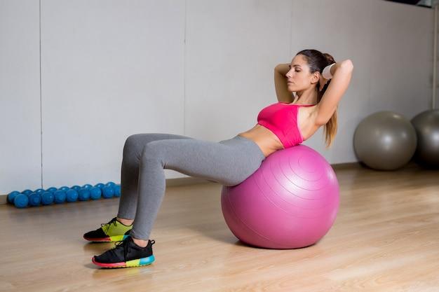 Sit-ups sur le ballon