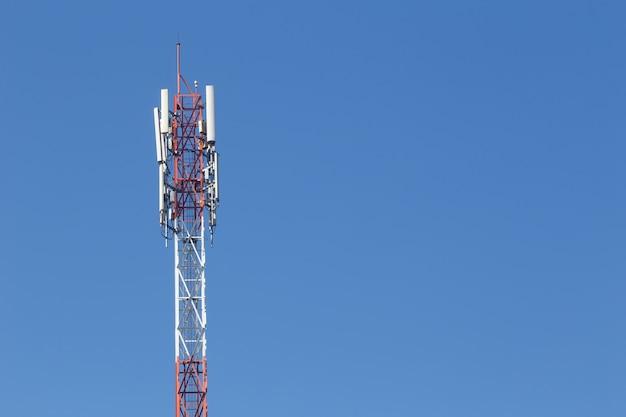 Site cellulaire, tour de télécommunication ou station de base de téléphonie mobile avec antenne au sommet.