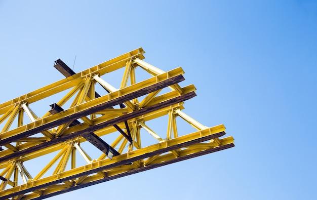 Site de construction de la structure du pont routier à partir de l'architecture métallique en acier