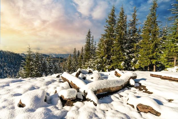 Site couvert de neige enterré pour la randonnée dans les montagnes i soleil froid brillant