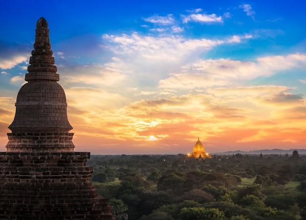 Site historique de bagan au myanmar sur un coucher de soleil magique