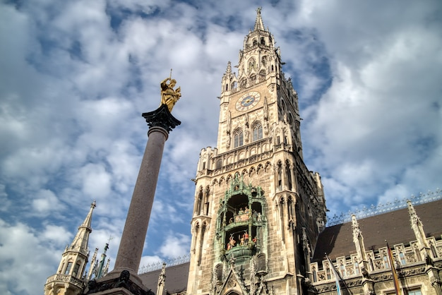 Sityscape avec colonne sainte-marie et le nouvel hôtel de ville sur la place marienplatz sur fond de ciel bleu nuageux, munich, bavière, allemagne