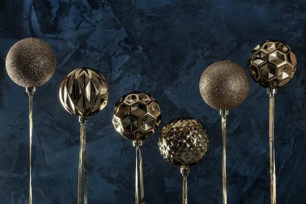 Six boules de noël dorées renversées.