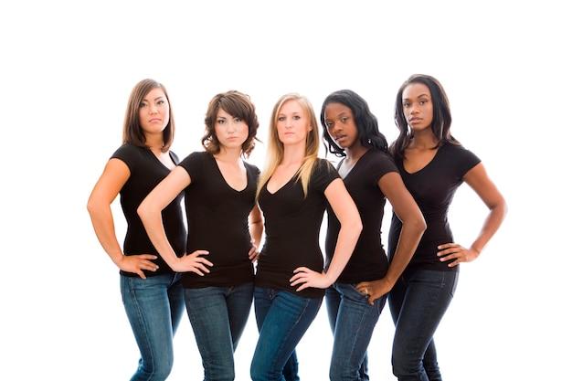 Six jeunes femmes attrayantes dans des t-shirts et des jeans assortis