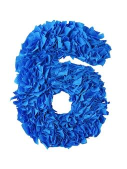 Six, numéro 6 fait à la main, de bouts de papier bleus isolés sur blanc