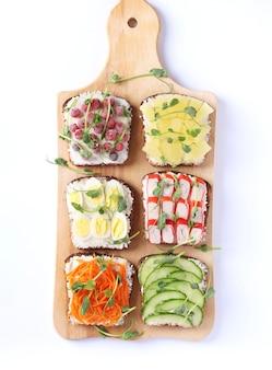 Six sandwichs sur du pain grillé avec des carottes fraîches