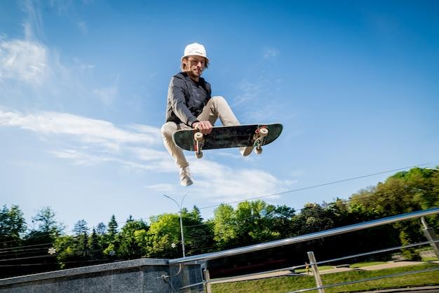 Skatboarder pratiquant et sautant dans les rues.