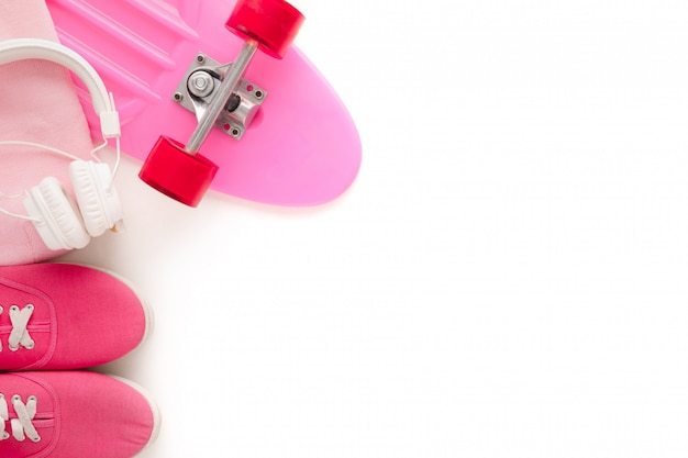Skateboard et casque sur fond blanc, vue de dessus.