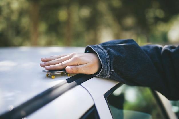 Skateboard miniature sur le toit de la voiture