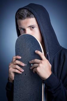 Skateboarder avec capuche
