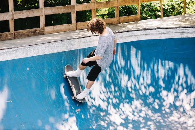 Skateboarder extrême sur une rampe
