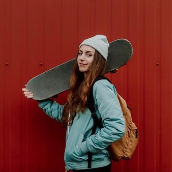 Skateboarder fille et son skate dans la ville