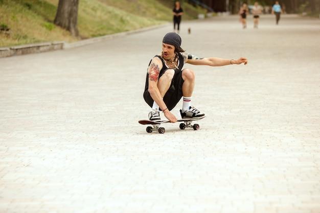 Skateur faisant un tour dans la rue de la ville en journée nuageuse