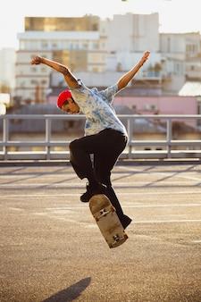 Skateur faisant un tour dans la rue de la ville, soleil