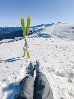 Ski au sommet des montagnes enneigées vacances d'hiver