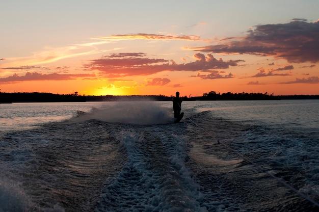 Ski nautique touristique dans un lac, lac des bois, ontario, canada