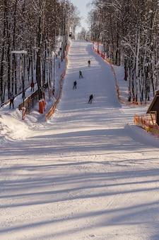 Ski et snowboard dans les collines de la région de moscou.