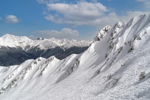 Ski et snowboard dans la station de ski de montagne