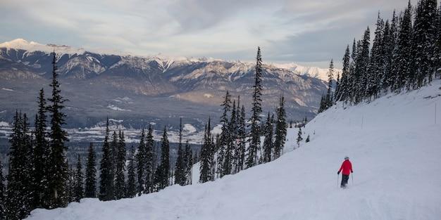 Ski touristique dans la vallée, kicking horse mountain resort, golden, colombie-britannique, canada