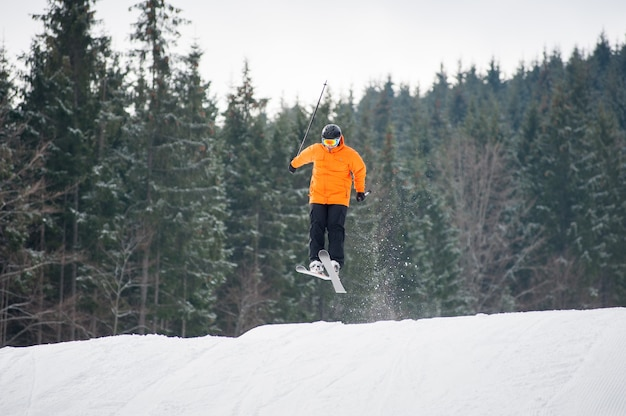Skieur au saut de la pente des montagnes