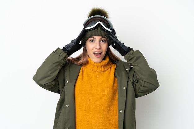 Skieur, caucasien, femme, à, snowboard, lunettes, isolé, blanc, fond, à, surprise, expression