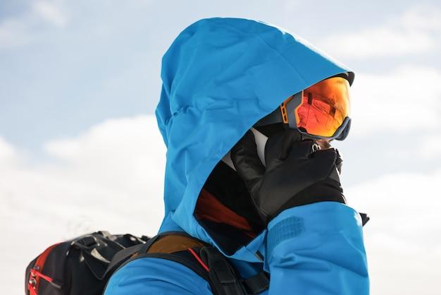 Skieur, conversation téléphone mobile