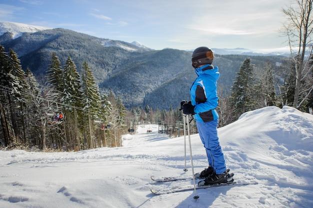 Skieur, femme, contre, ski-lift, hiver, montagnes, fond