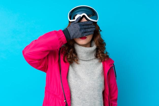 Skieur, femme, snowboarding, lunettes, couvrir, yeux, mains
