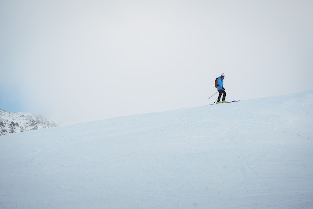 Skieur sur les montagnes enneigées