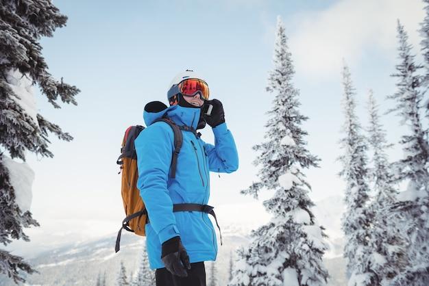 Skieur parlant au téléphone mobile