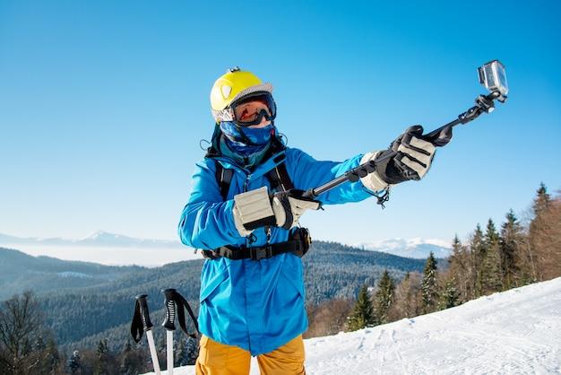 Skieur prenant selfie
