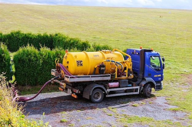 Skutc, république tchèque - 16 octobre 2019 : machine de pompage d'égout. camion-citerne à eaux usées.