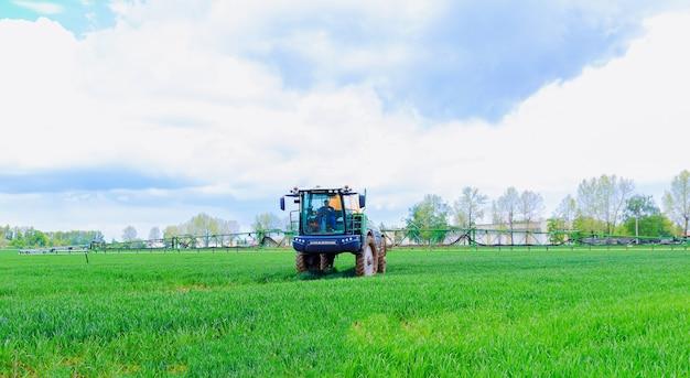 Skutec, république tchèque, 17 mai 2021 : pulvérisation de pesticides de jeunes blés sur le terrain à l'aide d'un pulvérisateur tracteur.
