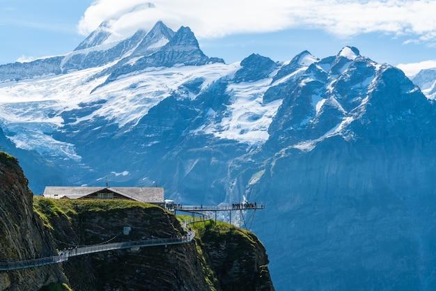 Sky falaise à pied sur le premier sommet de la montagne des alpes à grindelwald