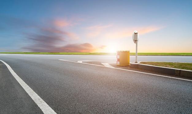 Sky highway asphalt road et beau paysage coucher de soleil ciel