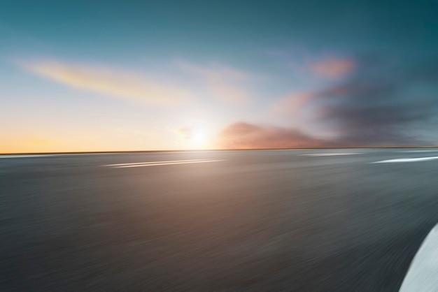 Sky highway asphalt road et magnifique paysage de coucher de soleil sur le ciel