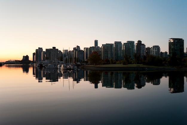 Skyline au crépuscule à vancouver, colombie-britannique, canada