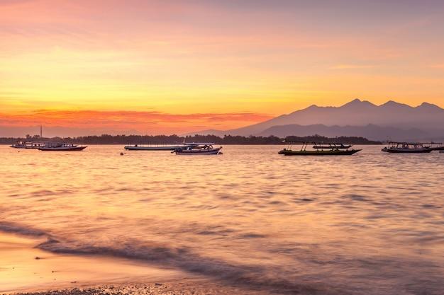 Skyline coloré au coucher du soleil au-dessus du paysage marin