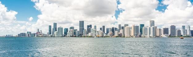 Skyline du centre-ville de miami en journée avec biscayne bay
