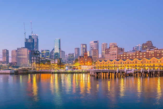Skyline du centre-ville de sydney en australie depuis la vue de dessus au crépuscule