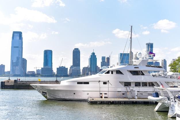 Skyline du new jersey de battery park dans une journée ensoleillée. yacht de luxe au premier plan.