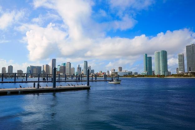 Skyline ensoleillé du centre-ville de miami en floride, états-unis